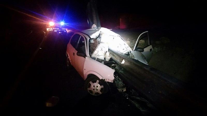 Al lugar acudió unidad de la Policía Federal los cuales confirmaron que el conductor de un vehículo Chevy, de color blanco, con placas de circulación KNX-7492 del Estado de Guanajuato, se encontraba sin vida y prensado