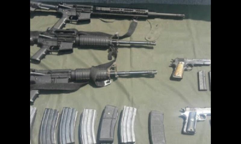 Las acciones conjuntas permitieron el aseguramiento de tres rifles AR-15 y dos pistolas calibre .38; también 15 cargadores calibre .223 y cuatro .38; así como 470 cartuchos calibre .223