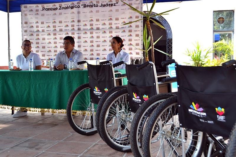 La directora de Asistencia e Integración Social del DIF estatal, Sandra Gabriel Perusquia, entregó de manera simbólica las sillas de ruedas al director del recinto faunístico, Josué Rangel