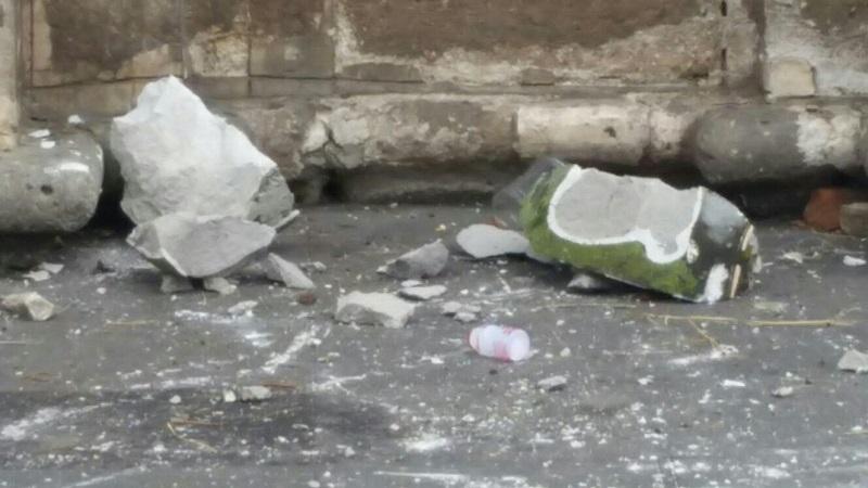 Al arribar el personal de Protección Civil confirmaron que se trataban de dos adornos de cantera, los cuales afortunadamente no le cayeron a alguna persona que pudo haber sido lesionado gravemente