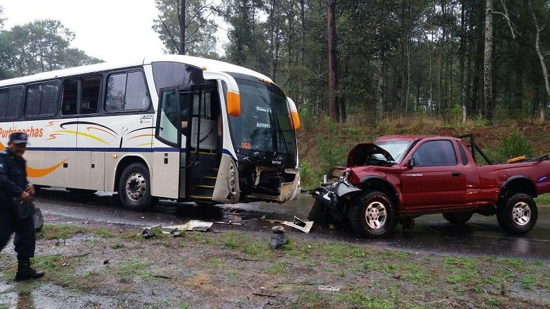 Los hechos se registraron en la carretera Uruapan - Los Reyes al llegar al tramo de Las Cocinas - Zacán el conductor invadió carril chocando de frente con un autobús de la línea Purépecha