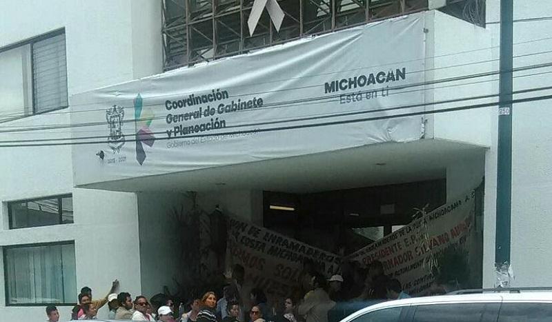 Los manifestantes colocaron mantas frente a la sede de la dependencia estatal
