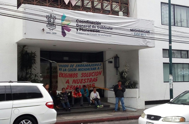De acuerdo con los manifestantes, quienes no entorpecen el tránsito vehicular sobre la Avenida Lázaro Cárdenas, actualmente se encuentran en quiebra económica, pues las autoridades federales y estatales no les han pagado las contingencias de mar de fondo