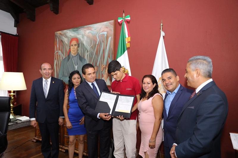 El joven Trinidad Rico, originario de Antúnez, municipio de Parácuaro, fue capacitado en la UMSNH y la UNAM en la Ciudad de México