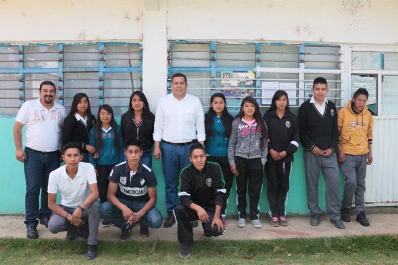 El ingreso a las aulas del Telebachillerato no tiene límite de edad, pues no sólo los jóvenes de entre 15 y 17 años son aspirantes, sino también los adultos, lo que permite ampliar la cobertura de estudiantes en zonas marginadas