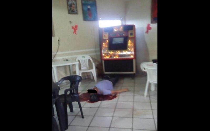 Personal de la Fiscalía Regional de Uruapan se trasladó al lugar de los hechos para iniciar la carpeta de investigación y trasladar el cuerpo al Servicio Médico Forense para realizar la necropsia de ley