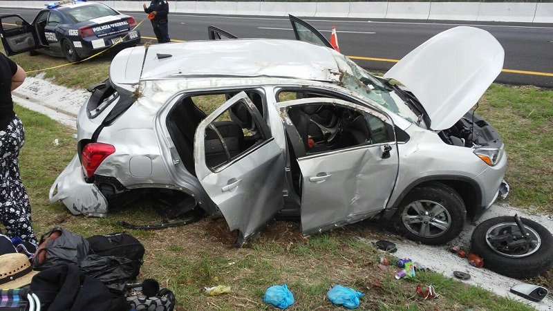 Testigos informaron que el conductor circulaba sobre dicha carretera y en un momento determinado perdió el control de la unidad para posteriormente volcar, quedando en el camellón central
