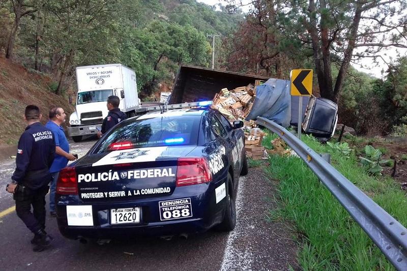 Testigos indicaron que el camión tipo Torton aparentemente invadió carril a la altura de la comunidad El Manguito, chocando en un costado al autobús para posteriormente volcar el camión, dejando regada la carga, por lo que fue cerrada parcialmente la carretera