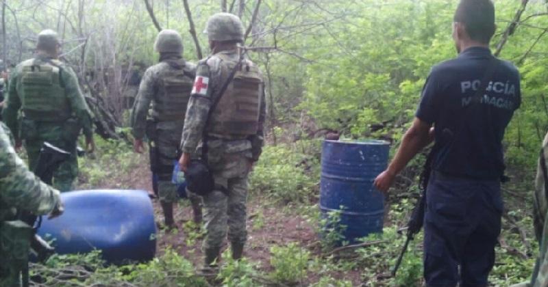 En la localidad de El Sandoval, el personal aseguró también una garrafa de 20 litros y cuatro tambos que en conjunto contenían alrededor de 800 litros de precursores químicos