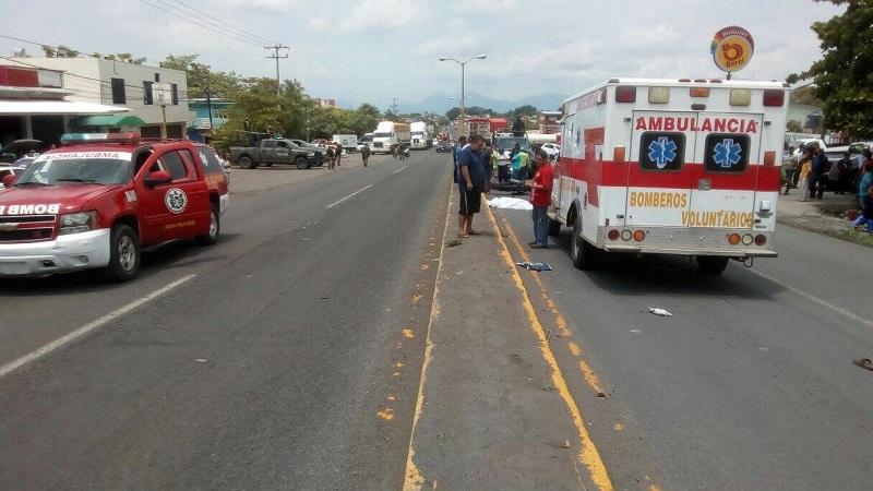 Elementos policiacos resguardaron el lugar mientras personal de la Fiscalía Regional realizaba el levantamiento del cuerpo de quien fue identificada como Juana F., de 66 años de edad, siendo trasladada al Servicio Médico Forense