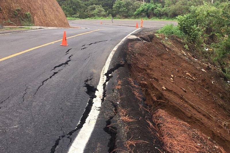 El desgajamiento de la carretera fue detectado por personal de Protección Civil Municipal de Uruapan
