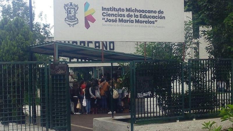 En el lugar, ubicado en la Calzada Juárez, frente al Parque Zoológico de Morelia, se observa a unos 80 jóvenes formados, y, de acuerdo con las fuentes consultadas, estarían comenzando los trámites para su contratación en dicha institución