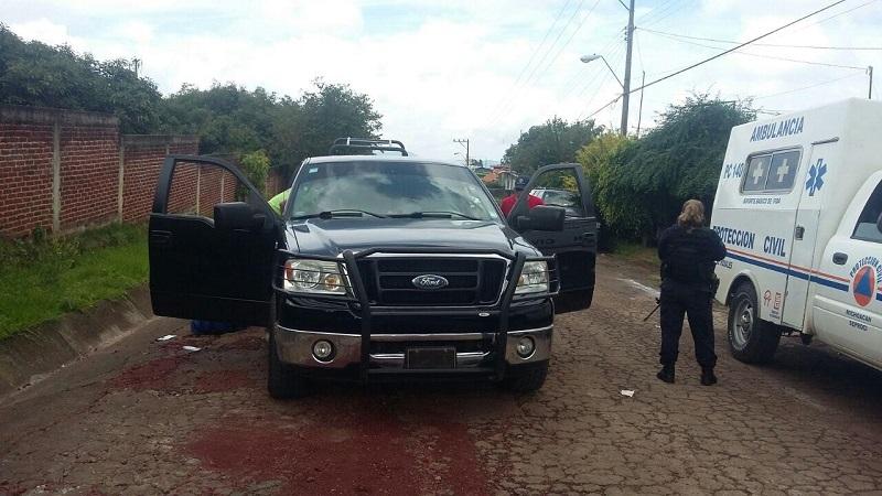 Según testigos, sujetos a bordo de un vehículo de color blanco se les emparejaron y empezaron a detonar armas de fuego en contra de los ocupantes de la camioneta para posteriormente darse a la fuga