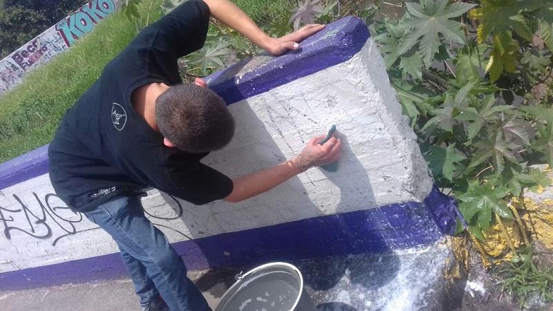 Al ver a los agentes policíacos los grafiteros intentaron darse a la fuga, pero fueron capturados metros más adelante, y al hacerles una inspección se les encontró entre sus ropas un bote de plástico con pintura negra en aerosol