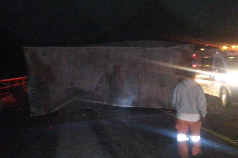 Conductores que se percataron del accidente solicitaron el apoyo a la línea de emergencias, trasladándose unidades de Rescate y Salvamento de la autopista así como Protección Civil de Tarímbaro y Policía Federal