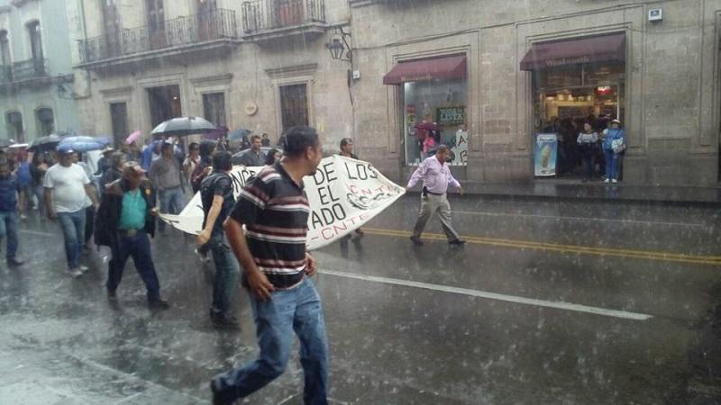 Desde esta mañana frente a la Secretaría de Finanzas y Administración del Gobierno de Michoacán se apostaron maestros de la CNTE y normalistas recién egresados, quienes demandaban pagos pendientes y la entrega de plazas automáticas