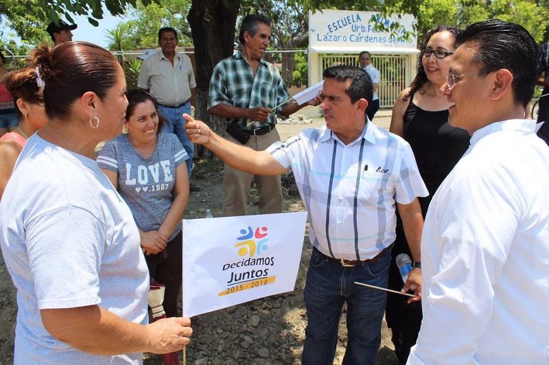 Por ello, destacó que el alcalde de Coahuayana, como otros ediles michoacanos emanados del PRD, se han dado a la tarea de tocar puertas en la Cámara de Diputados para bajar los recursos necesarios para poner en marcha los planes de obras públicas en sus municipios