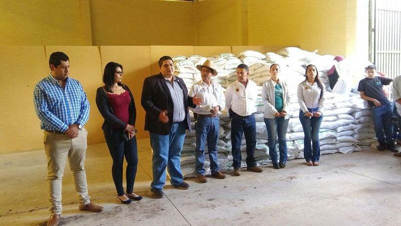 Por su parte el alcalde Arturo Hernández Vázquez manifestó que el Gobierno del Estado en materia agropecuaria, siempre ha sido puntual y permanente en brindar apoyos al sector campesino de su municipio y del estado