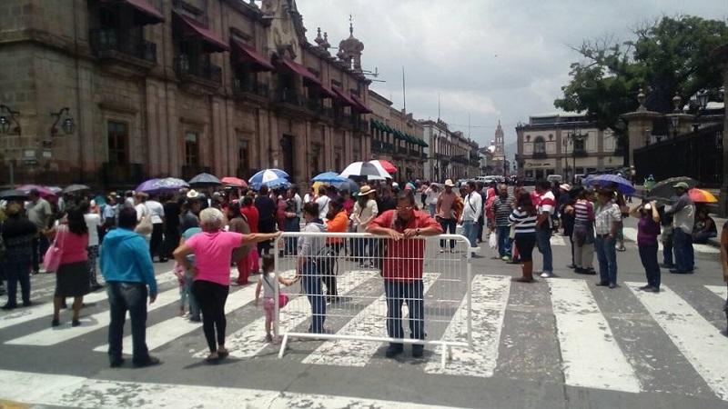 De acuerdo con los manifestantes, desde la anterior administración existen acuerdos para que las autoridades estatales paguen la renta del Centro Escolar Maestro Aquiles Córdova Morán (FOTO: MARIO REBOLLAR)