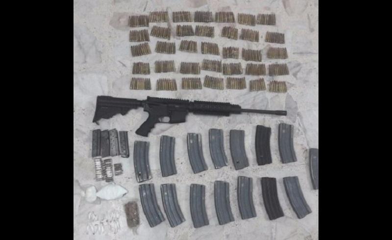 Los ahora detenidos fueron identificados como Joel A., y Jorge G., quienes junto con el arma, cartuchos, cargadores y droga fueron puestos a disposición de las autoridades correspondientes