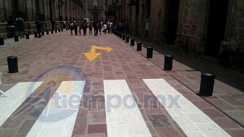 Es posible que la empresa constructora se haya equivocado de calle, pues la que sí requiere ese balizamiento es la adyacente calle Ignacio Zaragoza (FOTOS: MARIO REBOLLAR)