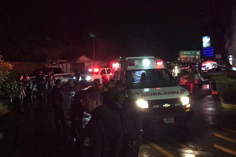 Paramédicos le brindaron las primeras atenciones al conductor del taxi identificado como Antonio X., de 27 años de edad, siendo trasladado a un hospital para recibir atención médica