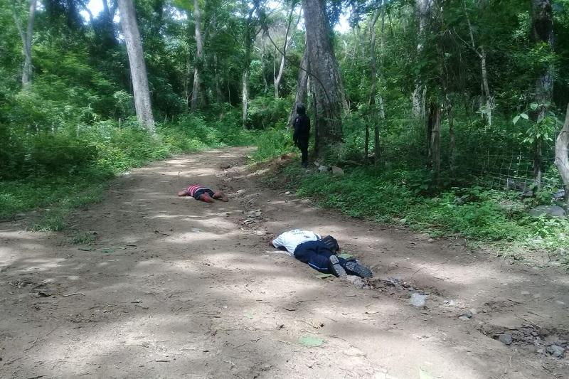 El hallazgo los efectuaron elementos militares y uniformados de la Policía Estatal que acudieron al reporte de dos hombres tirados en el camino a La Vainilla cerca del poblado de Mata de Sandía