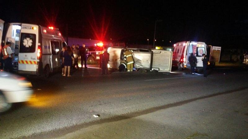 El aparatoso accidente se registró aproximadamente a las 02:00 de la madrugada cuando el jefe de grupo Raúl C., de 46 años circulaba a bordo de su camioneta Toyota, de color gris, con placas de circulación MU-5890-A del estado de Michoacán