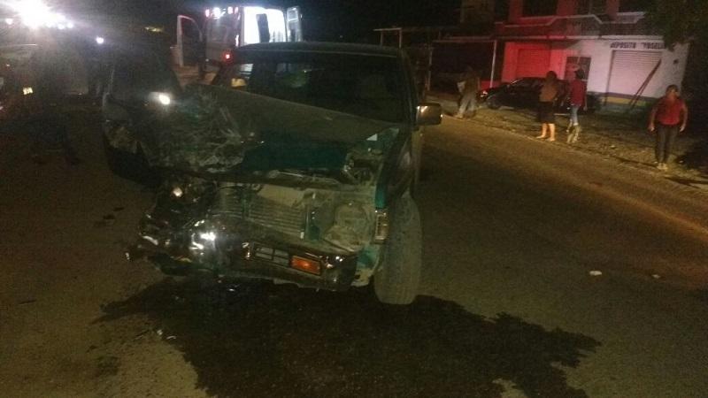 Personal de seguridad y Protección Civil una camioneta Nissan pickup, de color verde, sin placas y una camioneta Ford doble cabina, de color verde, con placas de circulación WL-85728 de Tamaulipas, las cuales chocaron de frente