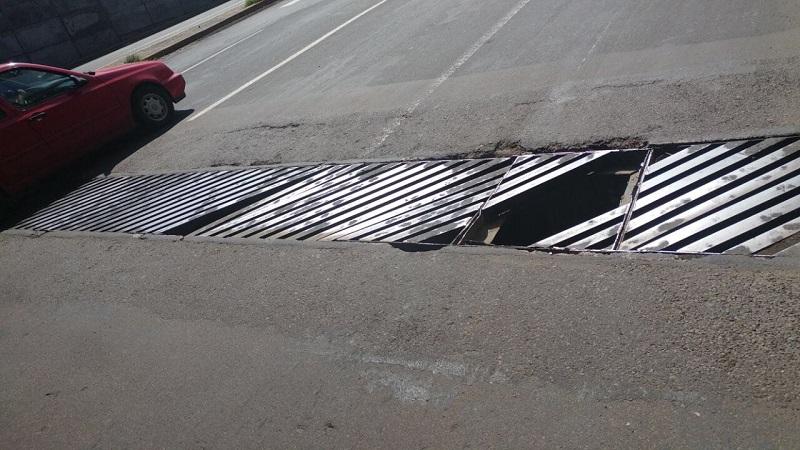 Nada se ha hecho durante cerca de un mes para reparar ni los baches de los carriles laterales allá por el estadio, ni la rejilla de Torreón Nuevo que pone en riesgo a los conductores