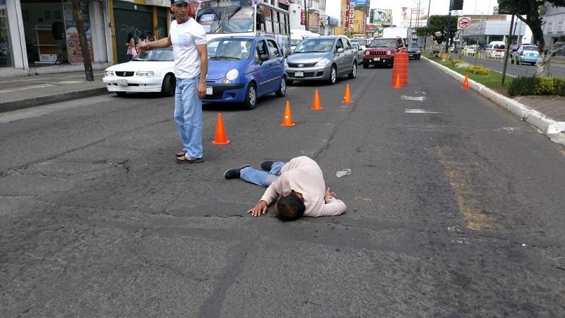 Testigos presenciales aseguraron que la víctima fue arrollada por una combi o camioneta del servicio público, pero no atinaron a identificar de qué ruta o qué número económico tenía la unidad, cuyo chofer huyó del lugar de los hechos