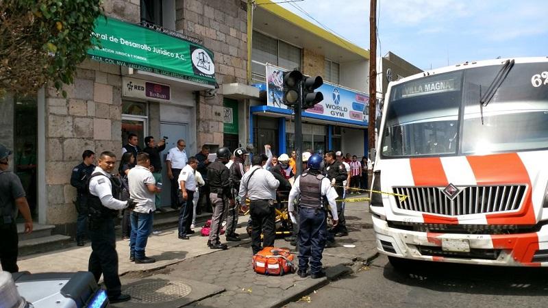 Según los cuerpos de emergencia, el chofer se reporta grave; el hombre fue auxiliado por Grupo Tigre de seguridad privada, Cruz Roja y Policía Michoacán