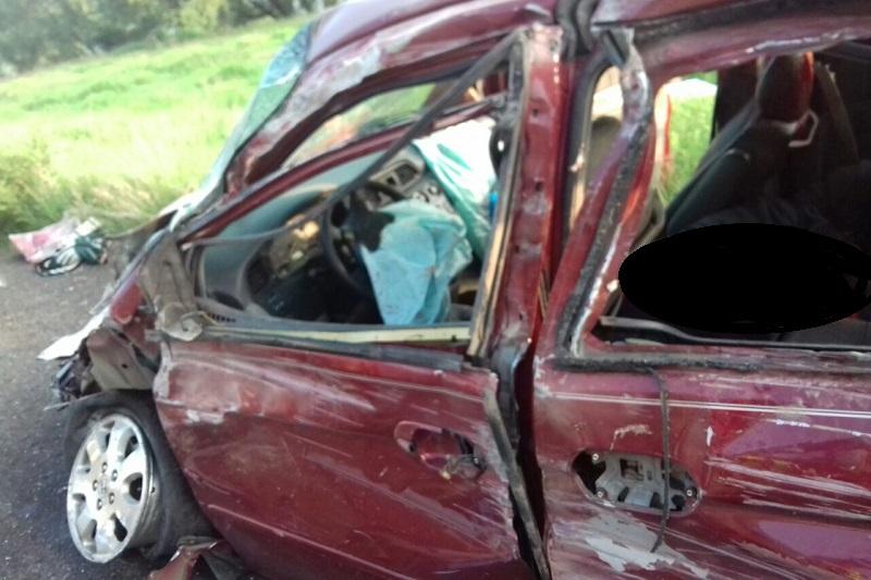 Testigos indicaron que la camioneta venía circulando con dirección a Guadalajara a exceso de velocidad, perdiendo el control de la unidad el conductor para salirse de la cinta asfáltica, chocar contra un muro de piedra y posteriormente volcar