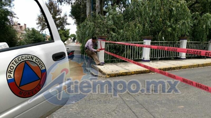 Al lugar arribó el coordinador de Protección Civil y Bomberos, Eduardo Ramírez Canals, quien ordenó el acordonamiento para evitar accidentes, en tanto se hace una evaluación profunda por parte de las áreas encargadas en el Ayuntamiento de Morelia (FOTOS: FRANCISCO ALBERTO SOTOMAYOR)