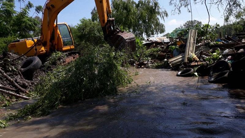 En consecuencia, la SCOP se mantiene en coordinación con el Ayuntamiento a través del presidente municipal, Luis Maciel Mendoza, para la limpieza y desazolve de los afluentes, donde es necesario demoler las edificaciones para garantizar el cese de las inundaciones