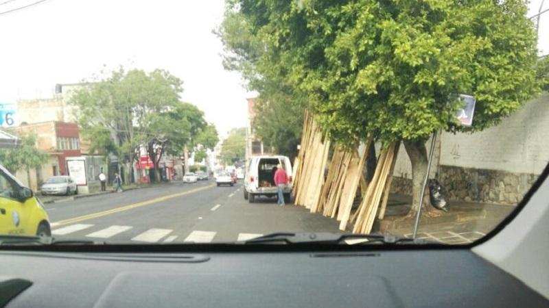 Se pide la intervención de las autoridades competentes, quienes deben retirarlos por estacionarse en un lugar prohibido y por no portar placas de circulación, además de que se debe investigar la procedencia de la madera que ponen a la venta