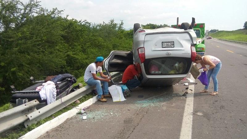 Personal de la Policía Federal fue el encargado de realizar el peritaje del accidente y retirar la unidad con el apoyo de una grúa a un corralón