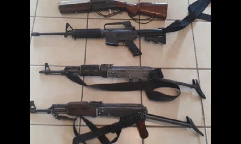 El vehículo, armas, cartuchos, cargadores y granadas fueron puestos a disposición de la autoridad correspondiente
