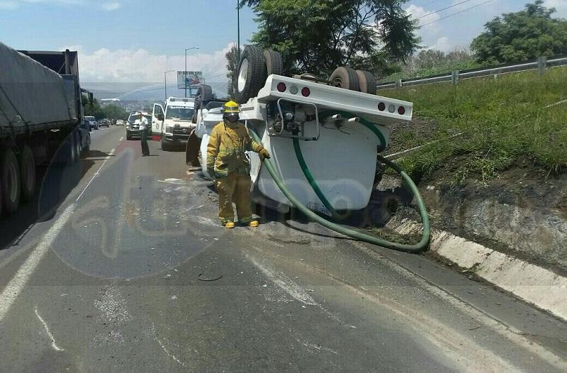 Automovilistas que se percataron del accidente solicitaron apoyo a la línea de emergencia y en cuestión de minutos arribaron paramédicos de Protección Civil Tarímbaro, los cuales le brindaron las atenciones al conductor identificado como Luis Antonio D., de 26 años de edad