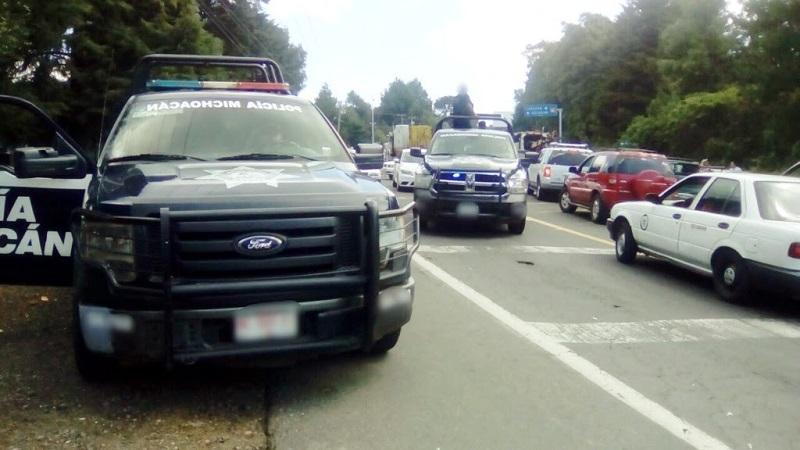 Los agentes policiales efectúan cortes a la circulación y brindan información a conductores sobre rutas alternas para evitar mayores incidentes