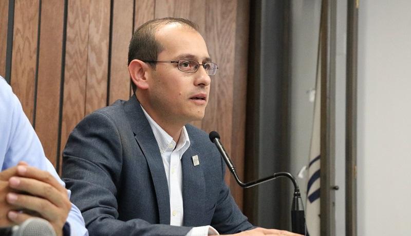 El líder panista dijo que es inaceptable que el Gobierno de Morelia presente un proyecto tan limitado para ejecución de un servicio con tanta relevancia como el alumbrado público; más pareciera que desea aprovecharse de las necesidades básicas de los ciudadanos para atracar al erario público