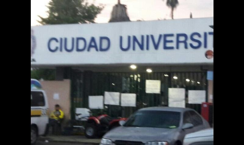 En Ciudad Universitaria se observa a aproximadamente 40 empleados sindicalizados que realizan guardias