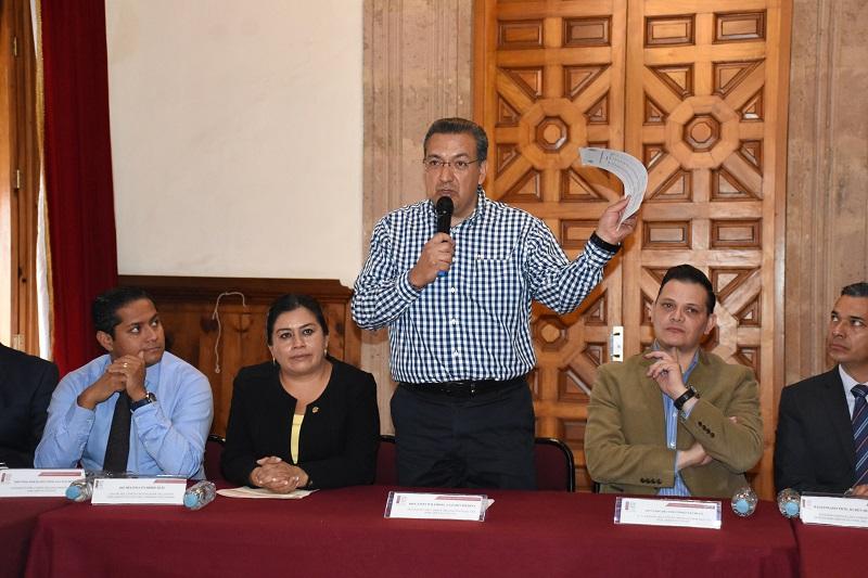 En evento protocolario, los diputados Wilfrido Lázaro, presidente del Comité Organizador del Parlamento Juvenil, Héctor Gómez Trujillo y Daniel Moncada integrantes del mismo, recibieron del Jurado calificador encabezado por la diputada Belinda Iturbide, la lista de los jóvenes seleccionados