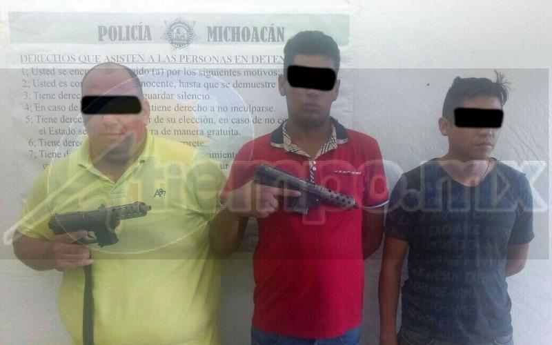 Policía Michoacán detiene a 3 con armas y vehículo robado en Uruapan
