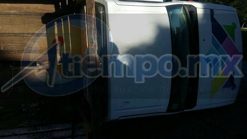 Al arribar paramédicos localizaron un vehículo Nissan con logos del Ayuntamiento de Zitácuaro que tras ser impactado por el autobús volcó dejando 5 personas lesionadas