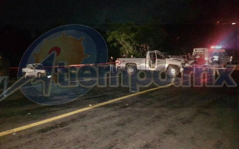 Tras el impacto el taxi quedó reducido a chatarra y el chofer quedó muerto en el interior, en tanto que los ocupantes de la camioneta se retiraron del lugar
