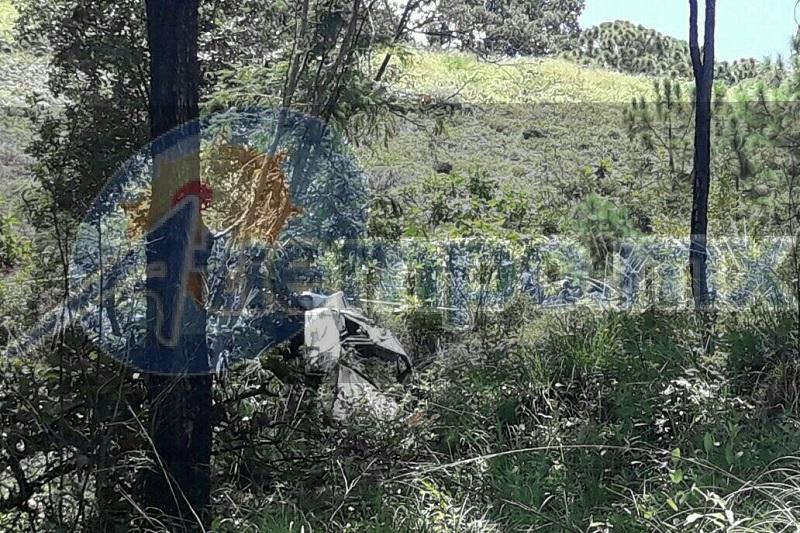 Cerca de un restaurante que se ubica cerca de Zirimicuaro, el joven perdió el control del volante debido al exceso de velocidad con que circulaba y se precipitó a un barranco de unos 200 metros de profundidad