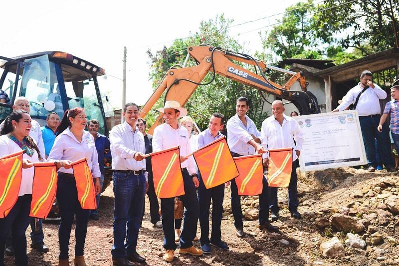 Cortés Mendoza recorrió las calles de la tenencia de Tomendan en Taretan, donde arrancó la construcción de dos obras de pavimentación en beneficio de más de mil 600 habitantes