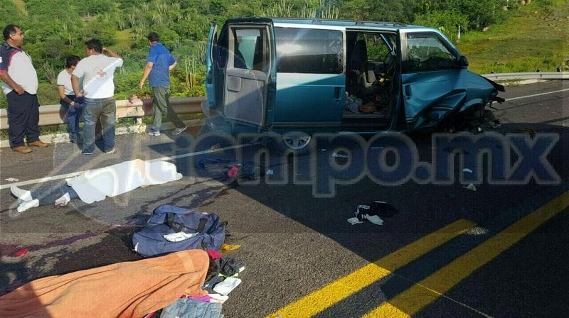 Personal de la Policía Federal realizó el peritaje del accidente y elementos de la Fiscalía Regional realizaron el levantamiento de los cuerpos para trasladarlo al Servicio Médico Forense