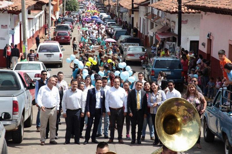 El delegado de Sedesol en Michoacán acompañó a más de mil 400 madres titulares beneficiarias del programa Prospera provenientes de 53 localidades de Acuitzio que desfilaron por las calles